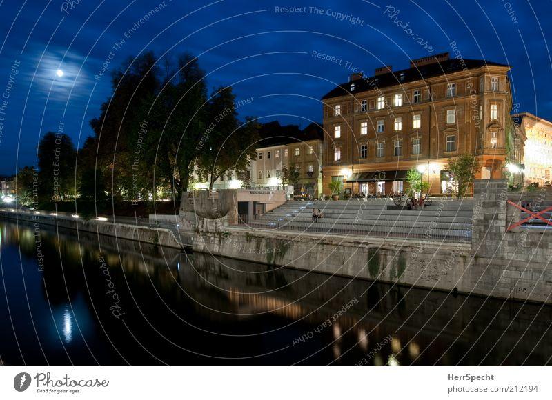 Abends an der Ljubljanica Nachthimmel Mond Sommer Baum Flussufer Ljubljana Hauptstadt Stadtzentrum Haus blau Sommerabend lauschig Vollmond Dämmerung Farbfoto