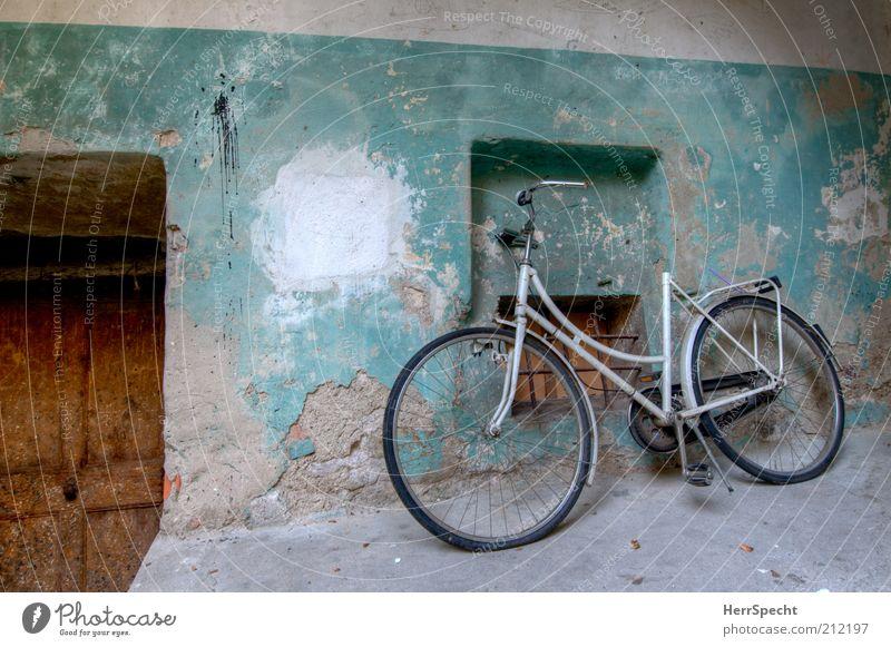 Sattellos alt weiß Farbe Fenster Wand grau Mauer Gebäude braun Tür Fahrrad dreckig authentisch kaputt Wandel & Veränderung Verfall