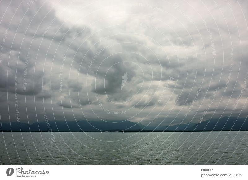 Stürmisches Wetter Berge u. Gebirge Segeln Natur Landschaft Himmel Wolken Horizont Unwetter Wind Regen Gewitter Küste See dunkel grau Stimmung schlecht