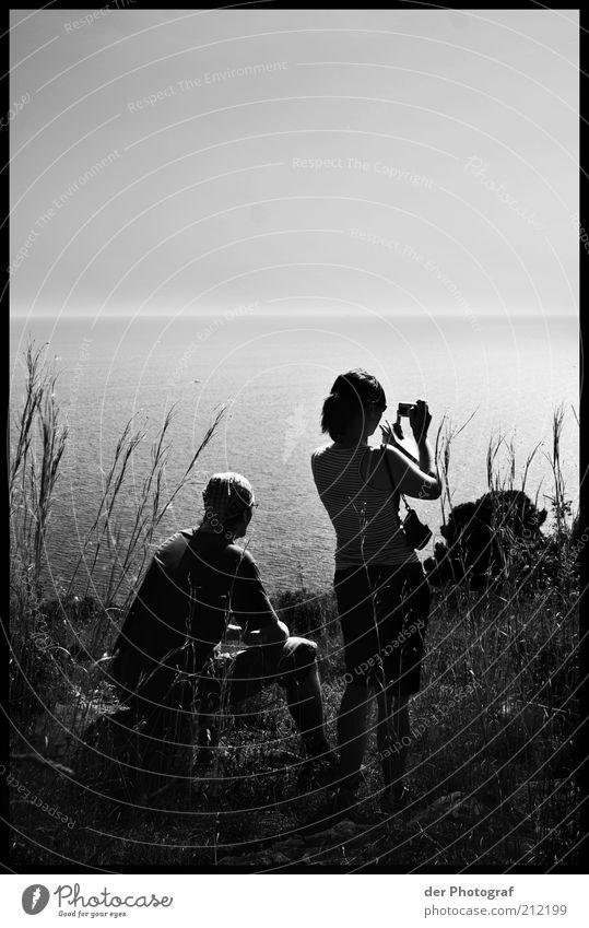 Warten und Genießen Mensch Natur Jugendliche Wasser Ferien & Urlaub & Reisen Pflanze Sommer Meer ruhig Erwachsene Erholung Freiheit Gras Küste Horizont Wellen