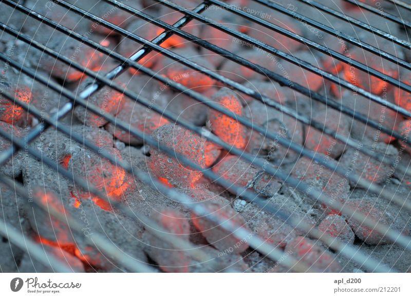 Ich glüh für dich Freizeit & Hobby Sommer leuchten authentisch rot schwarz silber weiß Optimismus ästhetisch Grill Grillkohle Grillen Grillrost Kohle Feuer heiß