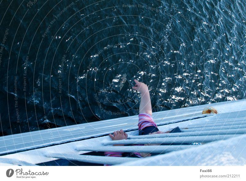 Mama...guck mal da Tourismus Sommer Mensch Kind Kindheit Arme Finger 1 Verkehrsmittel Schifffahrt Fähre An Bord T-Shirt Metall Wasser Fröhlichkeit unten blau