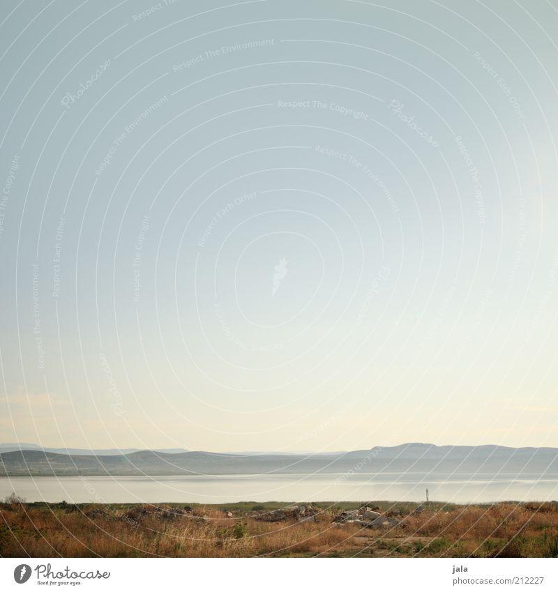 stille seen und sanfte hügel Natur schön Himmel Pflanze Berge u. Gebirge See Landschaft trist Hügel Blauer Himmel Dürre Kroatien