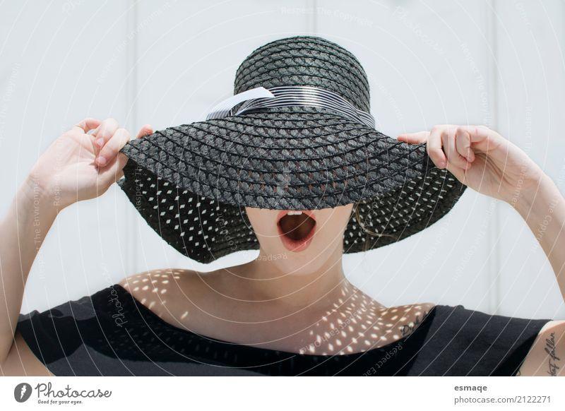 Mädchenüberraschung mit Hut schön Haut Gesicht Creme Gesundheit Gesundheitswesen Sommer Sonne feminin Wärme Mode Bekleidung Sonnenbrille Coolness dunkel elegant