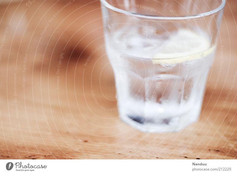 500 - erstmal nen Drink Getränk Erfrischungsgetränk Trinkwasser Spirituosen Glas kalt Kondenswasser Tischplatte Holz Wasserglas gekühlt Zitronenscheibe 1