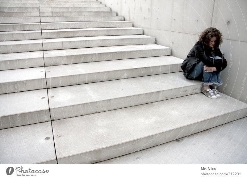 solitude feminin Frau Erwachsene Bauwerk Mauer Wand Treppe Locken schwarz ruhig Traurigkeit Sorge Liebeskummer Sehnsucht Einsamkeit Erschöpfung Verzweiflung