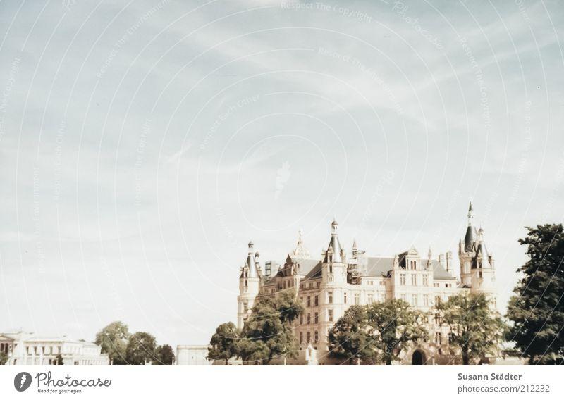 Schweriner Schloß Baum Ferien & Urlaub & Reisen Haus Architektur Tourismus Kirche analog Burg oder Schloss historisch Museum Märchen Sightseeing Bekanntheit