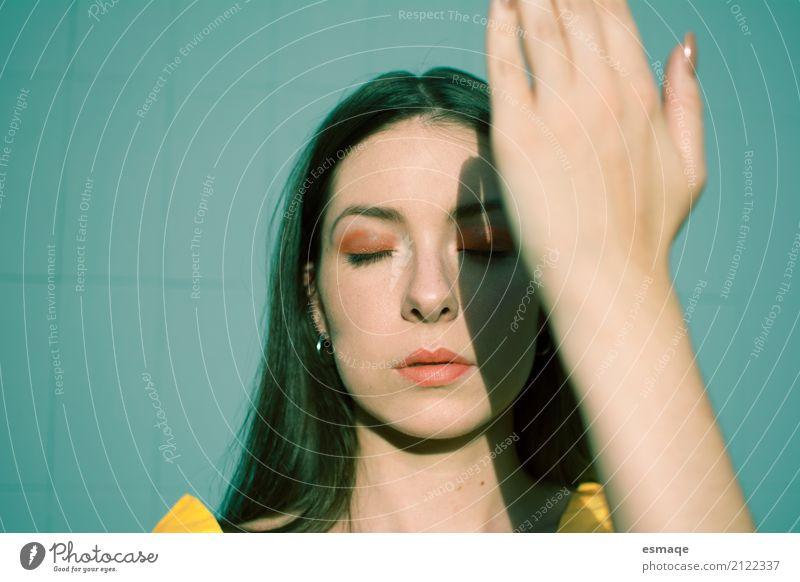 Mädchen, das die Sonne mit einer Hand bedeckt Jugendliche blau Junge Frau Sommer schön Erholung ruhig Gesicht gelb Lifestyle feminin Gesundheitswesen Haut