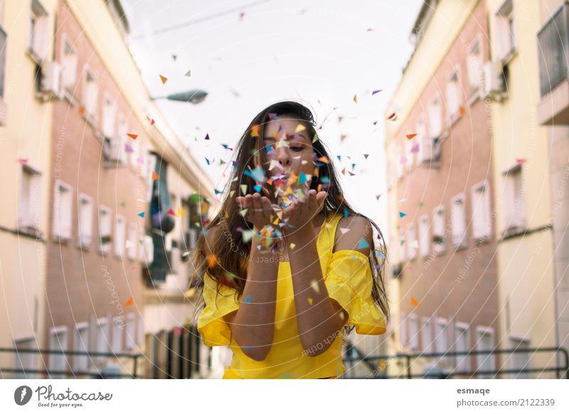 Fröhliches Mädchen mit Konfetti Jugendliche Junge Frau Stadt Farbe schön Freude Leben Lifestyle Gefühle Schule Feste & Feiern Dekoration & Verzierung Kindheit