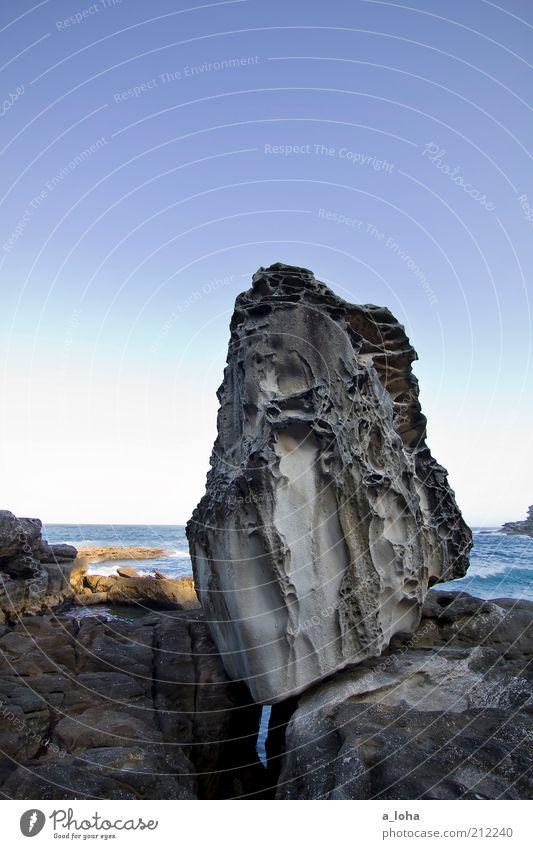 der 'pippo-stein' Sommer Meer Landschaft Urelemente Wasser Wolkenloser Himmel Schönes Wetter Felsen Küste Riff Stein außergewöhnlich eckig fest natürlich schön