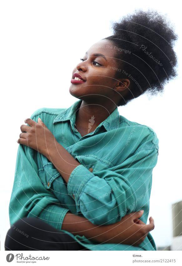 . Mensch Frau schön ruhig Freude Erwachsene Leben feminin ästhetisch Lächeln Fröhlichkeit warten beobachten Neugier festhalten Gelassenheit