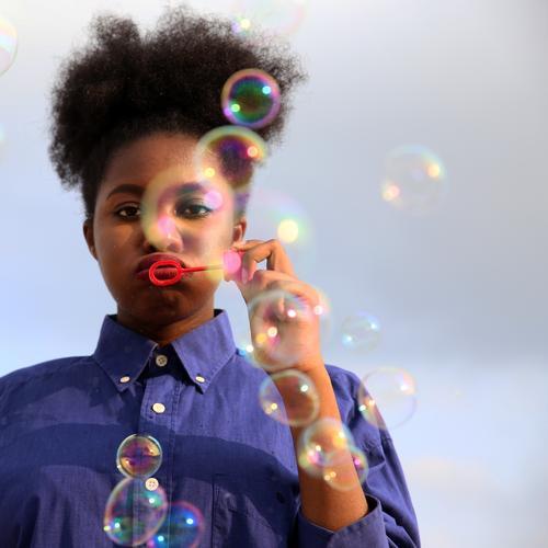Lebenselixir | bubblefun feminin Frau Erwachsene 1 Mensch Himmel Wolken Schönes Wetter Hemd Haare & Frisuren schwarzhaarig Locken Afro-Look Seifenblase