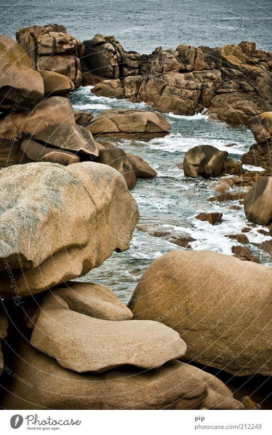 geröll Natur Urelemente Wasser Felsen Wellen Küste Bucht Riff Meer Stein nass braun Tourismus Ferien & Urlaub & Reisen Bretagne Gischt Granit Felsspalten