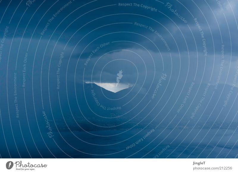 Guckloch Umwelt Natur Landschaft Urelemente Luft Wasser Himmel Wolken Sommer schlechtes Wetter Nebel Regen Felsen Berge u. Gebirge See Lago Maggiore ästhetisch