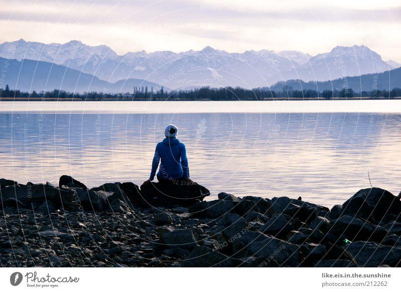 ..und die welt steht still... Mensch Frau blau Winter ruhig Erwachsene Erholung Berge u. Gebirge See Zufriedenheit sitzen natürlich wandern Alpen Schönes Wetter Aussicht