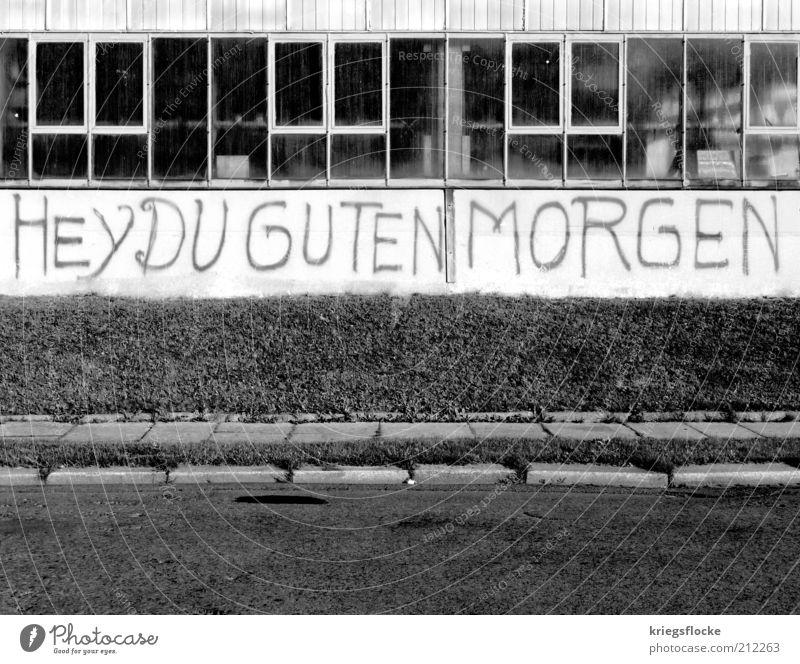 HEY DU GUTEN MORGEN alt Wand Gebäude Graffiti Beginn Fabrik authentisch Schriftzeichen gut Buchstaben Begrüßung Motivation Schwarzweißfoto Gruß Straßenrand