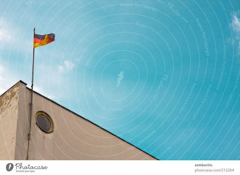 Deutschland schafft sich nicht ab blau Haus Wind Wohnung Fassade Lifestyle Ecke Häusliches Leben Fahne Zeichen Block wehen Blauer Himmel Plattenbau himmelblau