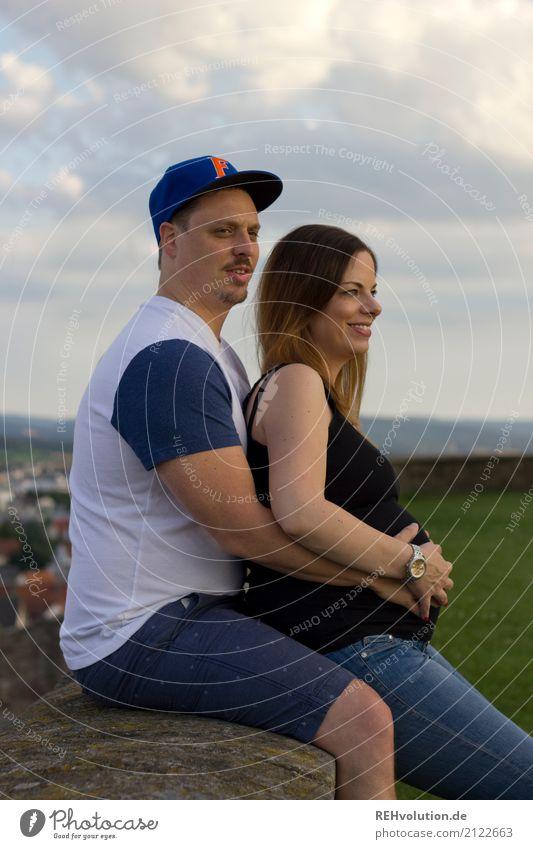 Pärchen mit einer schwangeren Frau auf einer Mauer Mensch Himmel Natur Jugendliche Junge Frau Sommer Junger Mann Landschaft Wolken 18-30 Jahre Erwachsene