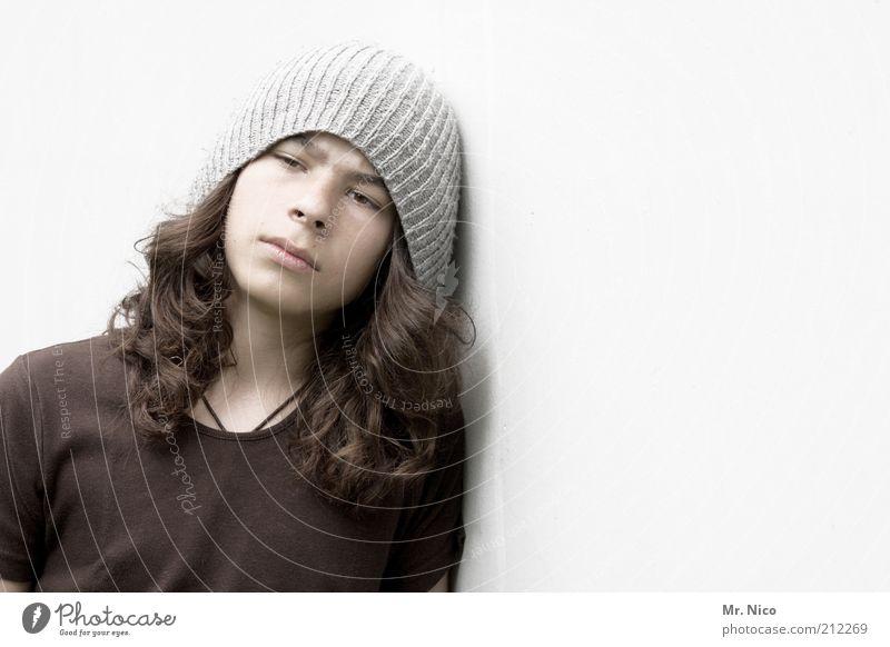 bruder / sohn Jugendliche schön Gesicht Wand grau Haare & Frisuren Kopf Traurigkeit Denken maskulin Coolness trist T-Shirt Vertrauen einzigartig