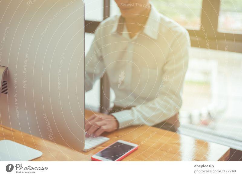 Auf der Suche nach Richtung und Inspiration, Mensch Mann alt weiß Erwachsene Glück Business Arbeit & Erwerbstätigkeit Büro sitzen Erfolg stehen Lächeln Beruf