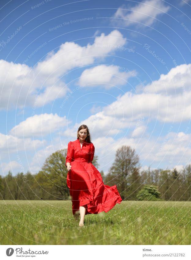 Maike Mensch Frau Himmel Natur schön Erholung Wolken Wald Erwachsene Leben Wiese Wege & Pfade feminin Bewegung gehen elegant