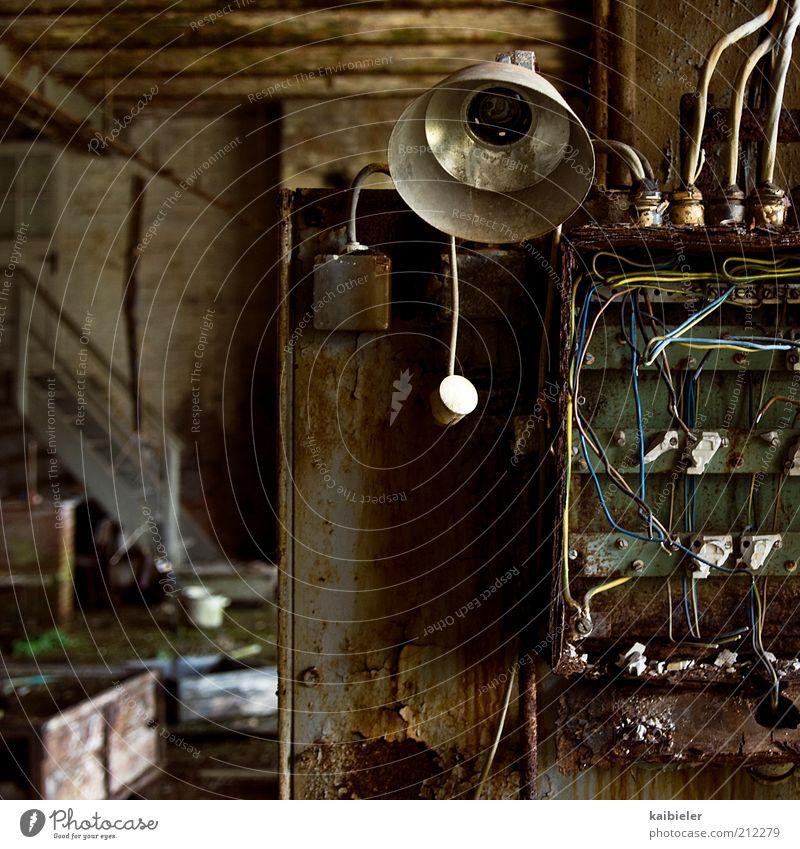 Der Letzte macht das Licht aus alt grün Lampe Gebäude braun dreckig Kabel kaputt Vergänglichkeit verfallen Verfall Rost Vergangenheit Ruine schäbig Tiefenschärfe