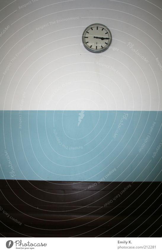 bahnhofseinrichtung Haus Wand Mauer Linie Raum Ordnung Uhr Dekoration & Verzierung Streifen Innenarchitektur Bahnhof kahl einrichten steril hell-blau Wanduhr