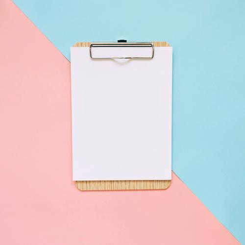 Leeres Klemmbrett auf Pastellfarbhintergrund Design Büro Business Kunst Papier trendy modern blau rosa weiß Farbe Idee Kreativität Zwischenablage legen flach