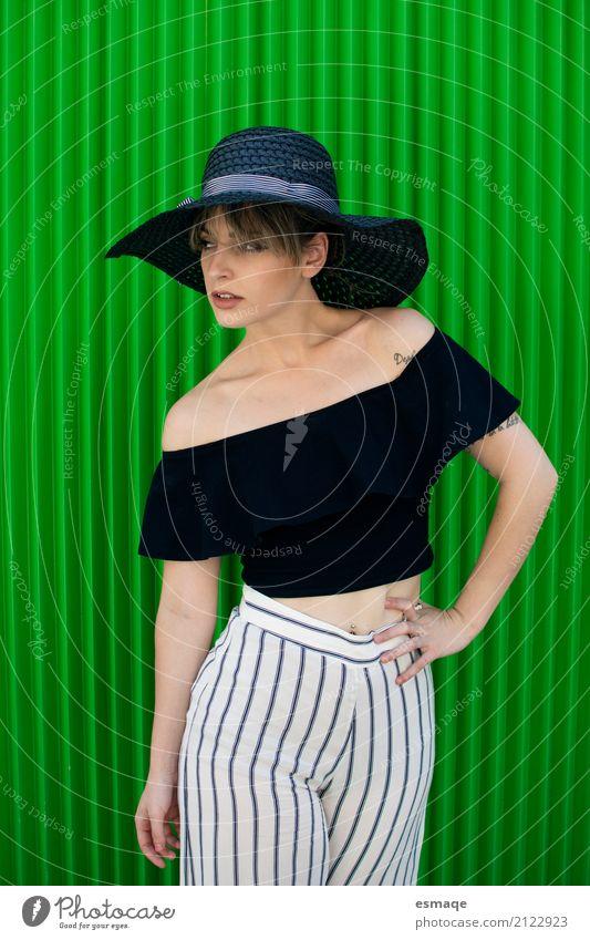 Mädchen posiert auf grünem Hintergrund Körper Sommer Entertainment Party Veranstaltung Mensch feminin Frau Erwachsene 18-30 Jahre Jugendliche Kunst Mode