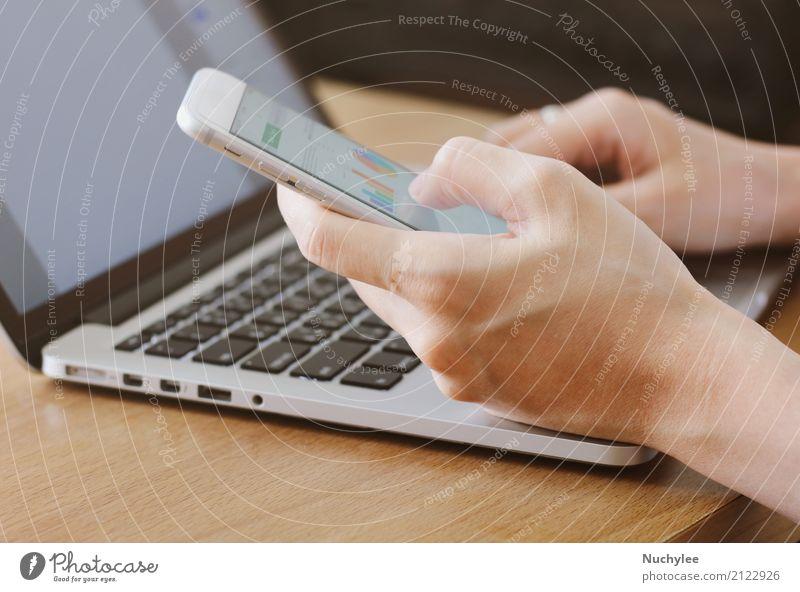 Hand unter Verwendung des Smartphone, der Geschäftsdiagramme zeigt Frau Mann Erwachsene Business Arbeit & Erwerbstätigkeit Büro modern Computer berühren