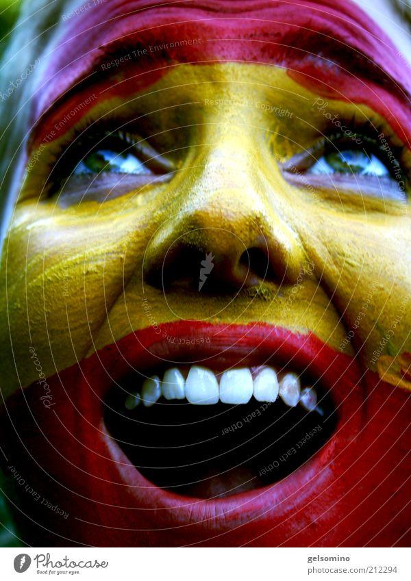 Spanien Junge Frau Jugendliche Gesicht schreien gelb rot Farbfoto Außenaufnahme Tag Porträt Gesichtsbemalung Zähne Begeisterung Freude Fan Applaus Spanisch