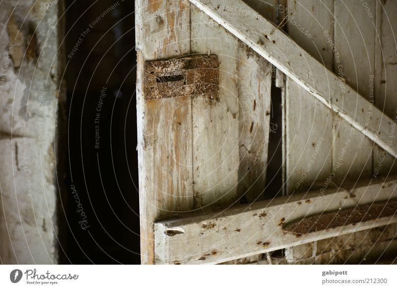 ein stück Z alt Holz Gebäude Metall Tür offen natürlich kaputt Wandel & Veränderung Häusliches Leben Vergänglichkeit verfallen Vergangenheit Rost Verfall trashig