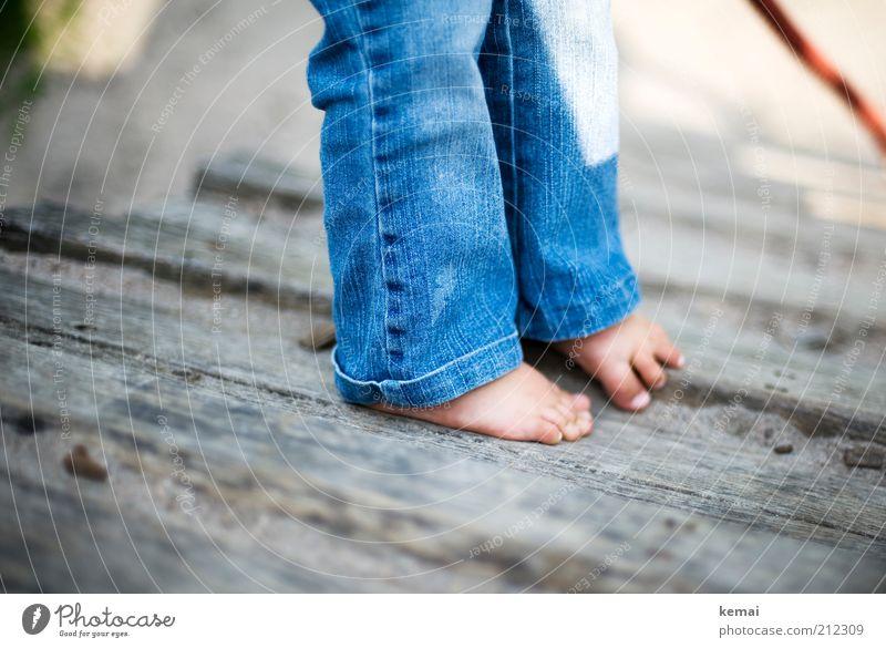 Barfuss klettern Freizeit & Hobby Spielen Spielplatz Seil abseilen Mensch Kind Kleinkind Mädchen Kindheit Beine Fuß 1 1-3 Jahre Jeanshose Holz stehen klein