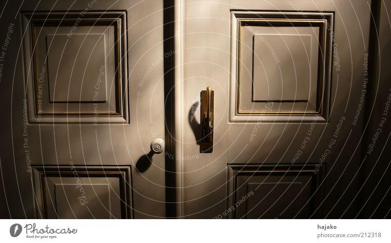 Vor der Tür ist draußen Holz Metall Ornament Linie Farbfoto Innenaufnahme Muster Strukturen & Formen Licht Schatten Kontrast Sonnenstrahlen Detailaufnahme Griff