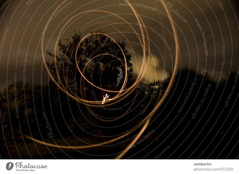 Lichter im Garten Freude dunkel Spielen Stil elegant Design Lifestyle leicht Spirale beweglich Nachtleben Experiment Lichtstrahl August Taschenlampe