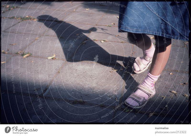 Seilspringen Lifestyle Freizeit & Hobby Spielen Kinderspiel Springseil Mensch feminin Mädchen Beine Fuß 1 3-8 Jahre Kindheit Umwelt Schönes Wetter Platz Mode