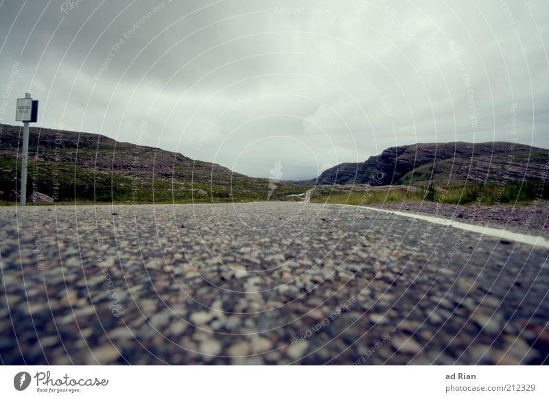 roadrunner Rennbahn Landschaft Wolken Horizont Nebel Regen Gras Sträucher Hügel Felsen Berge u. Gebirge Schottland Verkehrswege Straße Unendlichkeit Farbfoto