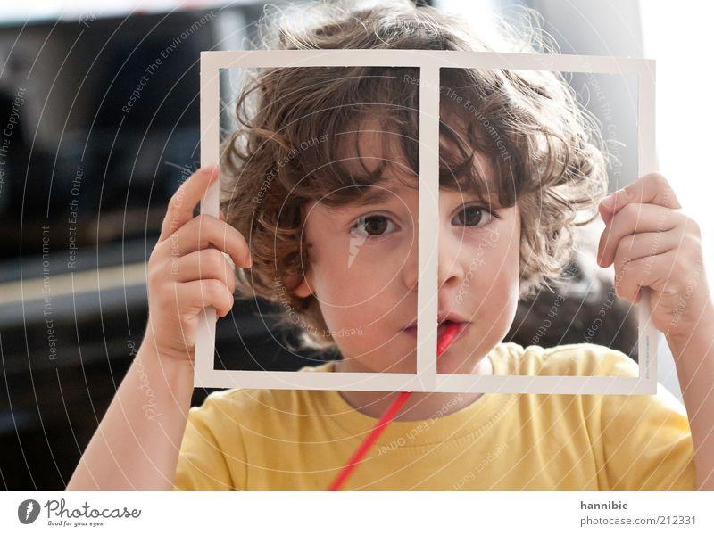 alles noch im rahmen Mensch Kind Junge 1 3-8 Jahre Kindheit brünett Locken Blick lustig braun gelb weiß Freude Fröhlichkeit Lebensfreude Freizeit & Hobby Rahmen