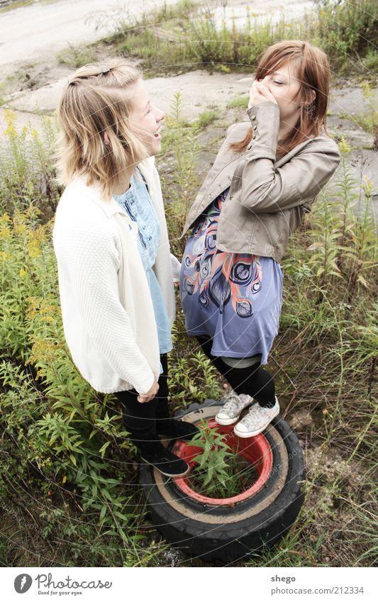 Freundschaft Mensch Jugendliche feminin lachen Zufriedenheit lustig blond Erwachsene Fröhlichkeit stehen Lebensfreude Rad Reifen langhaarig Freude