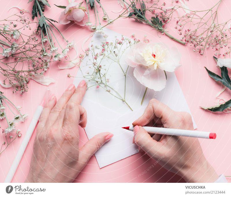 Weibliche Hände schreiben Grußkarte mit Blumen Frau Hand Erwachsene Lifestyle Liebe Gefühle feminin Stil Feste & Feiern rosa Stimmung Design springen
