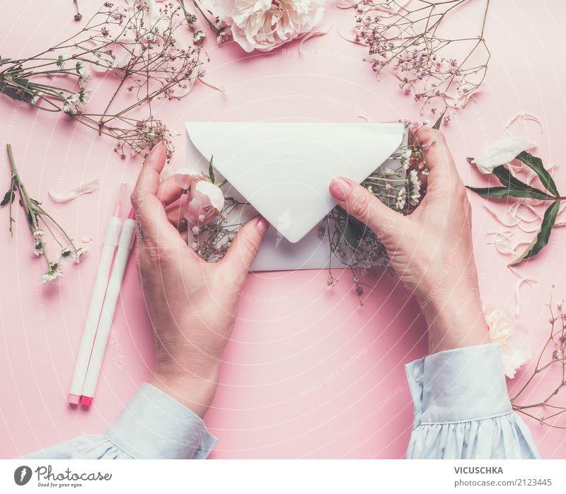 Weibliche Hände mit Blumen und Briefumschlag Frau Mensch weiß Hand Erwachsene Blüte Hintergrundbild Liebe feminin Stil Feste & Feiern rosa Design
