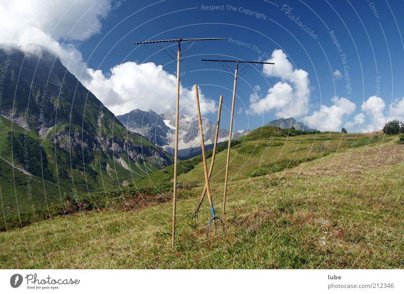 Pause bei der Heuarbeit Sommer Berge u. Gebirge Werkzeug Natur Landschaft Himmel Sonne Klima Schönes Wetter Wiese Alpen Freiheit Heuernte Gabel Bregenzerwald