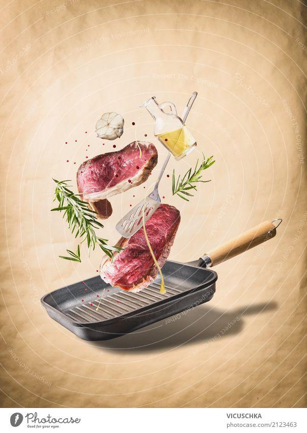Fliegen rohe Steaks, mit Kräutern, Öl , Gewürze und Pfanne Lebensmittel Fleisch Kräuter & Gewürze Ernährung Abendessen Geschäftsessen Bioprodukte Geschirr Stil