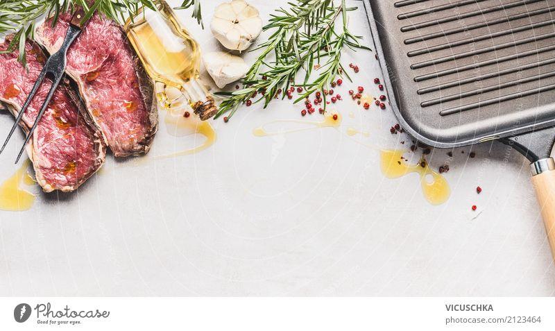 Rohes Steak mit Zutaten: Kräuter, Gewürze, Öl und Grillpfanne Lebensmittel Fleisch Kräuter & Gewürze Ernährung Abendessen Bioprodukte Geschirr Pfanne Stil