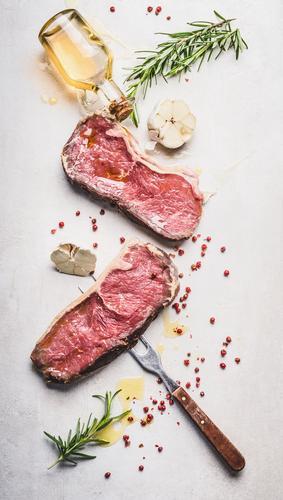 Rindersteak mit Öl und Zutaten Lebensmittel Fleisch Kräuter & Gewürze Ernährung Geschäftsessen Picknick Bioprodukte Geschirr Stil Design Gesunde Ernährung Tisch