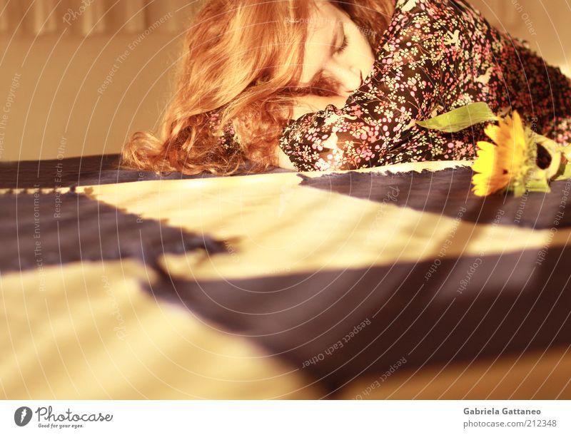 Herbstwärme Frau Mensch schön Blume ruhig Erholung feminin Gefühle träumen Haare & Frisuren Wärme Stimmung blond Erwachsene gold schlafen