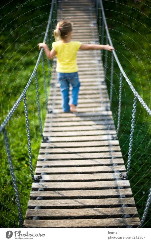Über Brücken gehen Mensch Kind blau Mädchen gelb Spielen Beine Kindheit blond Rücken Freizeit & Hobby laufen Jeanshose festhalten