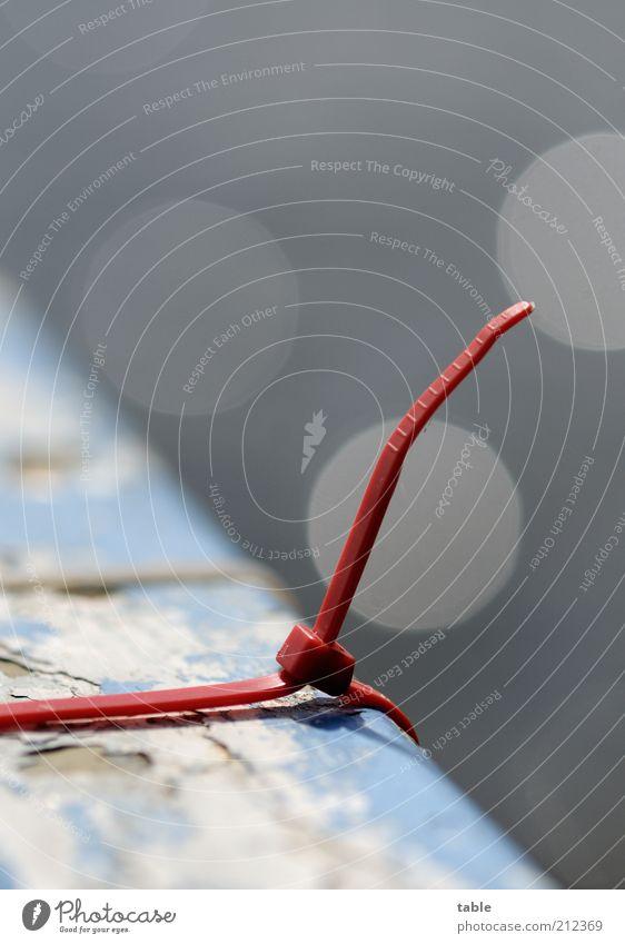 Nippel oder Lasche? alt blau rot grau Metall Sicherheit fest festhalten Kunststoff Schönes Wetter Zusammenhalt Halt Lichtpunkt Blendenfleck Anstrich