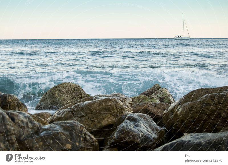 YACHTUNG blau Wasser Meer Sommer ruhig Ferne Erholung Wärme Freiheit Küste Stein träumen Horizont braun Wasserfahrzeug Wellen