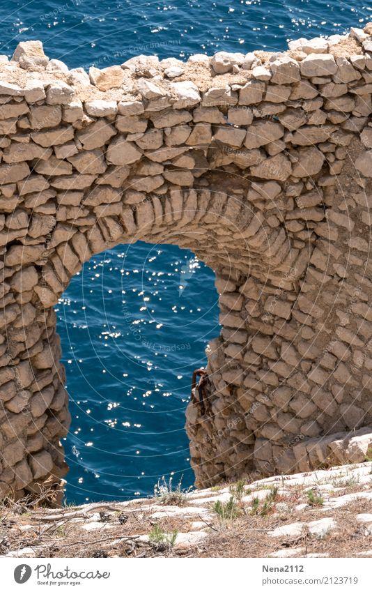 Fenêtre sur mer Wasser Schönes Wetter Wellen Bucht Meer alt blau Mauer Steinmauer Fenster Tür Römerzeit Ruine Farbfoto Außenaufnahme Detailaufnahme Menschenleer